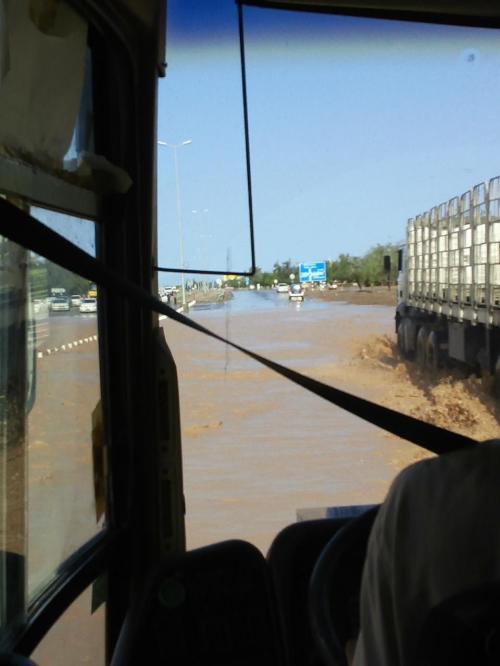 出発して2時間くらいでしょうか。昨日の雨で一部道路が冠水しています。<br /><br />