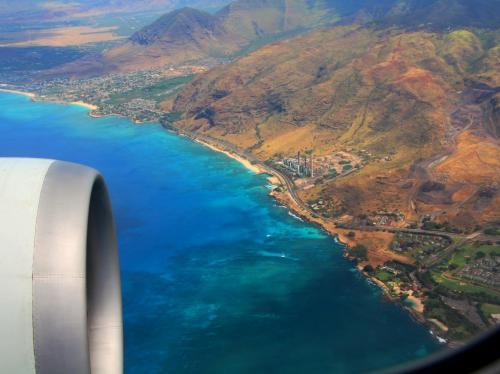 予定よりも30分以上早い約6時間半の飛行で、太平洋のど真ん中に浮かぶ火山が作りし島、ハワイ諸島に到着。<br />ウトウトと寝ていたら7時間なんてあっという間。<br />ハワイは、実際の距離よりも感覚的には近いかもしれない。<br /><br />今回利用したANA便は、羽田発オアフ行の深夜便(JAL, ANA, ハワイアン)の中では一番先にホノルルに到着する。<br />日本便では1番乗り。<br />だから、アメリカへの入国はそんなに時間がかからないのではと考えていたが、さすがハワイ。<br />アジア系の便が続々と到着し、入国審査は長蛇の列。<br /><br />列に並んでから1時間は待って、やっとアメリカ入国のスタンプをもらうことができた。<br />