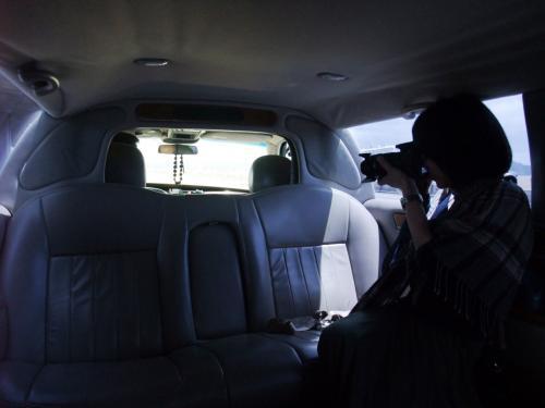 空港出迎えの運転手さんに促され、リムジンへと乗り込む。<br />勿論、リムジンなんてコレが初体験。<br /><br />ダックス・フンドを連想させるリムジンの車内は無駄に広い。<br />私達二人にはもったいないスペース。<br /><br />リムジンの車内を撮影する私を相棒に盗撮された。<br />