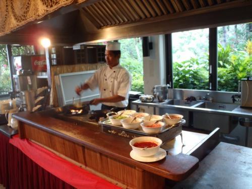 朝食。卵料理はオーダーしてからつくってくれます。<br />しっかり食べて朝イチでマニャガハ島へむかいます。
