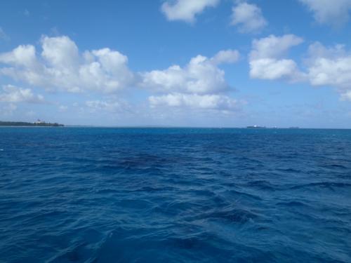 ツアーの船で。周りのブルーが島に近づくにつれて変わっていきます。