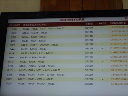 水上飛行機のスケジュールが電光掲示板に記されています。<br />こちらを確認しながら、時間やチェックインを確認します。