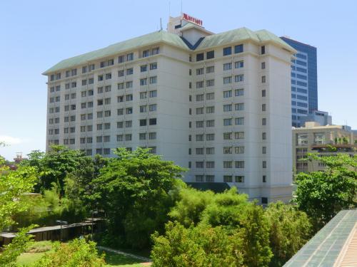 マクタン島のビーチのホテル「コスタベラ」からタクシーに乗ってマリオットホテル(写真)に行く。セブ島の(メーター)タクシーは非常に安い。30分くらいかかったが、代金は約230ペソ(529円)くらい。