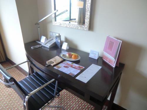 デスクの上にはウェルカムフルーツ(写真)が置いてあり、コーヒーメーカー(マリオットの標準装備)もある。