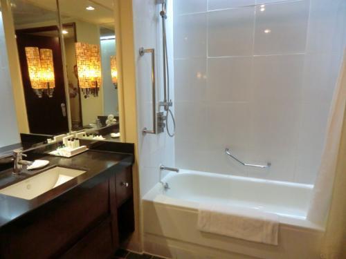 大理石作りのバスルーム(写真)は広くて綺麗である。文句なし。普通に泊まってもスタンダードの客室代金(2名分)は約5000ペソ(11500円)とそれ程高くはない。