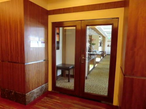 何故、こんなことを調べるのか?それには深い訳がある。その前に、12階の禁断の部屋「エグゼクティブ・ラウンジ」(写真)に入ってみよう。アクセス可能なルームカード所有者のみ入室できる。