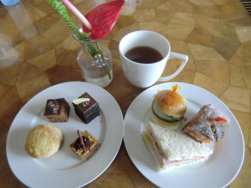 英国王室伝統の「アフタヌーン・ティー」(写真)同様、スコーン、サンドイッチ、ケーキ等、充実している。勿論、ラウンジ内の飲食は全て無料である。