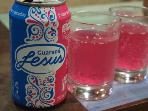 ここからレンソイス・マラニャンセスのゲートシティ―、バヘイリィーリャスまでは4時間の車移動。<br />こんなに遠いとは思ってなかった。。。。<br /><br />ガラナはブラジルの国民飲料ですが、マラニャン州のガラナはピンクなんです!!!