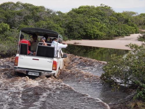 ここからがすごいんです。<br /><br />4×4の車で道なき道、こんな水場も何回も越えていきます。