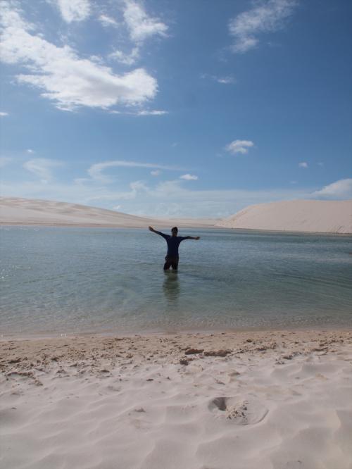いたる砂山の間に水が溜まってます。<br /><br />雨水がたまっているわけではなく、降った雨によって地下水のレベルが上がってきてこのような景色になるそうです。<br /><br />7月が一番水が多いとガイドブックにあったので、4月はシーズン外れていてどうかなと思っていましたが、ちゃんとイメージ通りの景色で水遊びできました。
