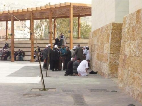 入ってすぐの広場では、礼拝の時刻なので、あちこちで礼拝が始まっていた。<br /><br />改めて、イスラム教圏に来た、という感じである。