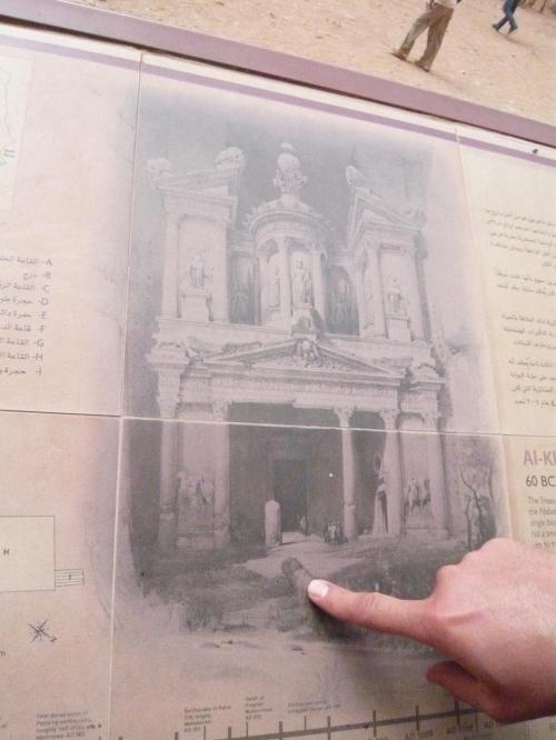 さて、これは、エルハズネが発見された当時の写真です。<br /><br />下の階の左から3番目の柱はなかったんですね〜〜〜。<br /><br />なんと円柱は1960年代に修復されたそうです。