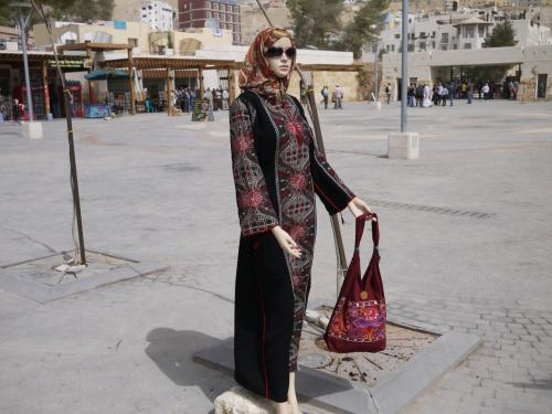 オット、何だこれは。<br /><br />初めて見た、イスラムマネキンの、エキゾチックな衣装。<br /><br />う〜〜〜ん、それにしてもあか抜けているなあ〜。<br /><br />お土産店の前にありました。