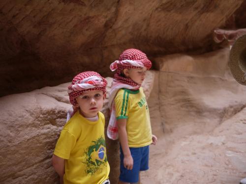 途中であった、かわいい観光客。<br /><br />赤と白の頭巾は、「私はヨルダン人」という意味。<br />ちなみに、白と黒の頭巾は「私はパレスチナ人」という意味です。<br /><br />でも、このかわいい方たちには、関係なさそう。。。。。