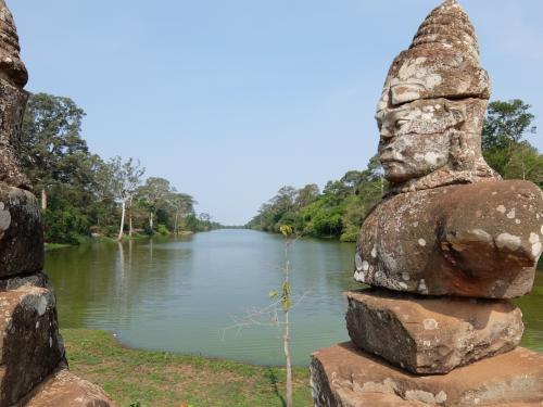神の像越しの聖池