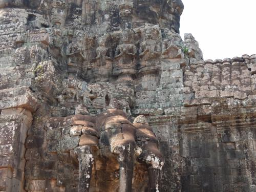 象の上に、たくさんの仏像?