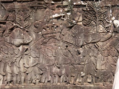 チャンパ軍との戦いにおけるクメール軍の行進<br /><br />クメール軍隊の後に続く中国人。(ひげがある)