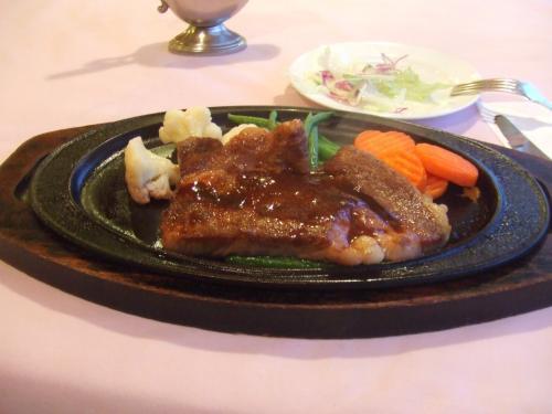 米沢 <br /><br />東洋館<br />http://www.s-toyokan.com/<br /><br />A−5の米沢牛のステーキ。<br />1万円近かったですね・・・