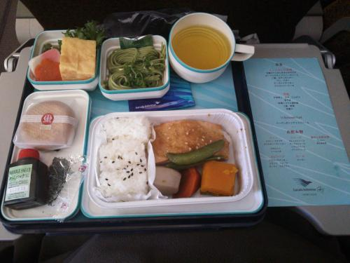 機内食は和菓子よりケーキ派の私はデザートでインドネシアを希望しましたが日本食しか残っておらず…<br />饅頭は半分だけ食べて後から出てくるハーゲンダッツのアイスでスイーツ欲を満たしました(*^.^*)