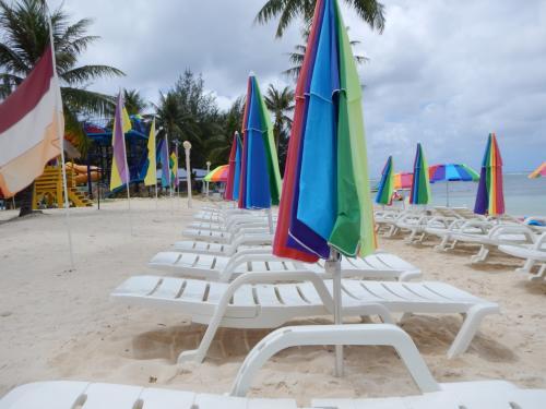 同じくホテルの前のビーチ。<br />ビーチに朝のビッグボーイズのおっちゃんがいたので聞くと、パラソルとベッドは、自由に使っていいらしい。