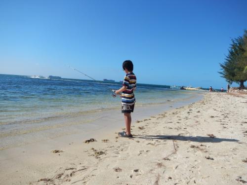マニャガハ島から帰ってからは、男三人はホテルの隣のビーチで釣りです。<br />(釣り道具一式持っていきましたから。)<br />ルアーで、1匹だけつれたらしいです。<br />その後、水が足りなくなりそうだという事で、旦那と長男がジョーテンで<br />ミネラルウォーターを10本とビール何本かとお菓子を買ってきてくれました。ジョーテン近いと便利です。<br /><br />娘はホテルのプールサイドでスカイプしていました。<br />カノアリゾートの場合、プールサイドが一番Wifiが入ったように思います。<br />私は目の前のビーチでシュノーケリングをしました。<br />30M程沖に泳いだ所に、戦車?でしょうか、朽ちた何かが岩礁になってきれいな魚が沢山いました。<br />時間を忘れて見入ってしまいました。