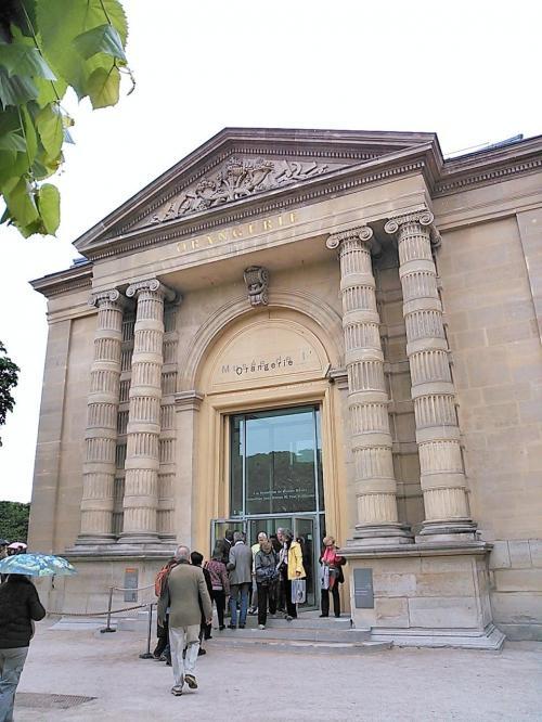 さて、本格的なパリ観光初日は、オランジュリー美術館から。前日の頑張り過ぎがたたってやっぱり寝坊してしまったので(笑)到着が10時半ころになってしまい、行列だったらどうしよう?!と心配しましたが、チケットなしの列でも15分程度で入れました。私たちはここで「ミュージアムパス」の4日券を購入。予定よりも回ることのできた場所が少なくなったため、金額的には6ユーロほど損をしましたが、並ぶ時間を考えたら、買って良かったな!と思っています。