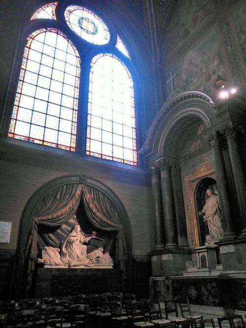 ステンドグラスから入る光が柔らかく、素敵な彫刻がますます輝きます! くるっとまわった後に、お祈りを捧げる方の邪魔にならないようにはじっこの椅子に着席、体の中に恵みの空気をいっぱい取り込みました!(^^)!