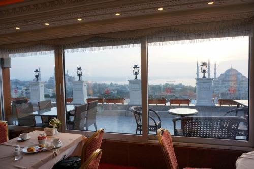 レストランの中からの眺め。すばらしい景観を見ながらの食事が楽しめます。