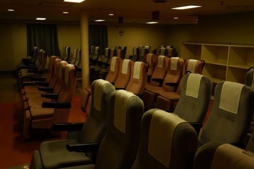 続いて船内を探索。<br />ここは2等の椅子席。ガラガラです。だーれもいない。<br />同じ2等でも和室の方はそこそこ混んでいました。<br />やっぱり体を横にして休みたいよね。