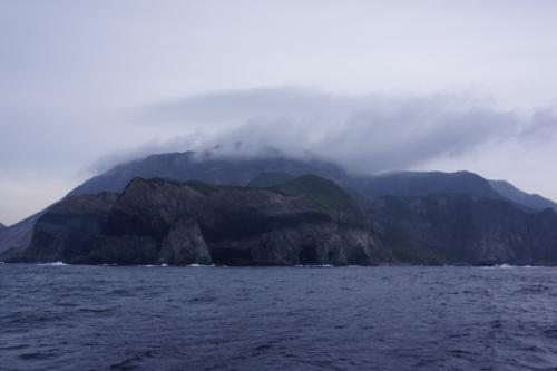 大島、利島、新島、式根島、と各駅停車のように島々に寄りながら、<br />定刻どおりの9:00に終点・神津島に到着です。<br />