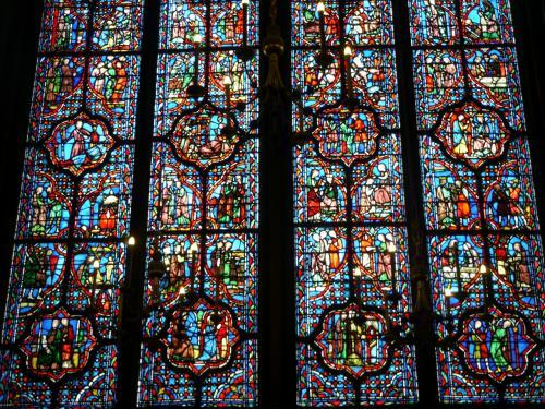 ここのステンドグラス、15のガラス窓、1113の場面が描かれている。<br />ステンドグラスの規模に圧倒されるんだけど、1枚として同じものが無いのも驚かされる。<br />