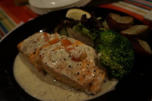 サーモンのグリル<br /><br />他にムール貝と牡蠣とエビ<br />