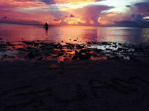 グアムの夕陽<br /><br />雲が多いからこんな写真が撮れるんですね