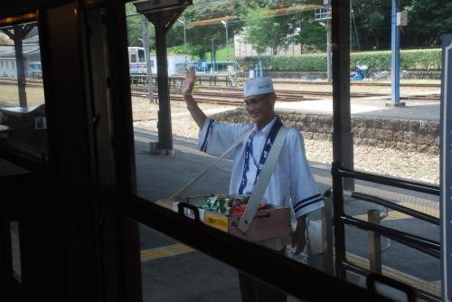 """駅弁売りの名物おじさん<br /><br />人吉駅では、今でも""""おべんと〜 おべんと〜""""とホームで売っています。<br />鮎ずし、栗めしが有名です。"""