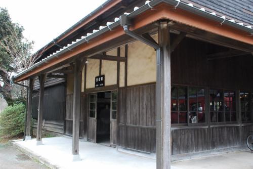 矢岳駅の駅舎<br /><br />木造の建物です。