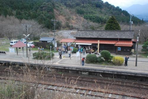 真幸駅<br /><br />列車が真幸駅を左手に見ながら通り過ぎます。