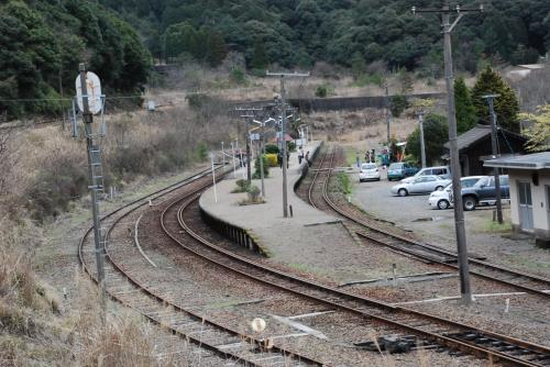 真幸駅のスイッチバック構造<br /><br />左手に下りてくる線路、駅に入る3本線路があります。