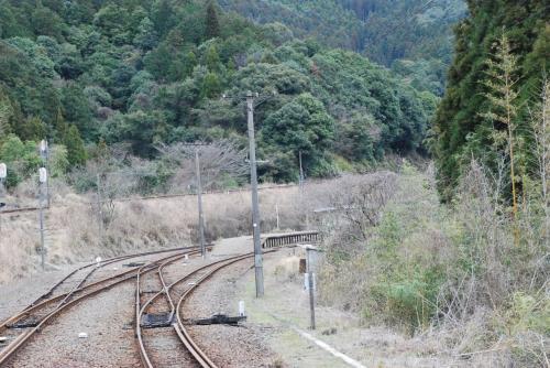 折り返し地点から列車がバック<br /><br />真幸駅を通り過ぎ、これからバックしながら駅に入ります。<br />スイッチバックも体験できます。<br /><br />この後、京町温泉駅へ行き、宿へ向かいます。