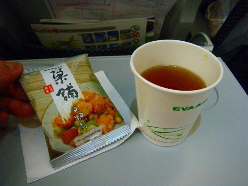 機内食の代わりにスナックとお茶のサービス<br />アルコール類のサービスはなし、持ち込みもできないという少々堅苦しいルールになっているみたいです。<br />