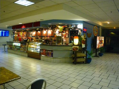到着ゲートの2階に売店があって、深夜何時でもやってます。<br />サンドイッチやおにぎり、お茶も売っていて、日本円も使えます。<br />ただし少々高いです(サンドイッチ$4.50、街中だと$2.50くらい)<br />
