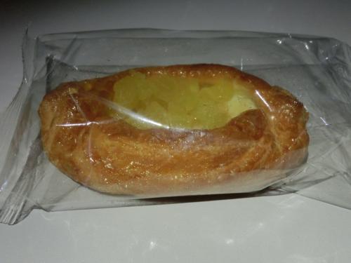 シンガポール到着前にはパンが配られられました。