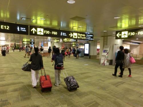シンガポール・チャンギ国際空港に到着。<br />7度目のシンガポール上陸です。