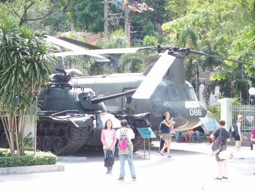 戦車や軍用ヘリがリアルに置いてある。