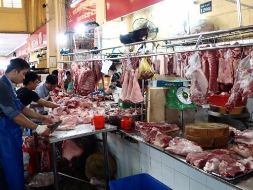 肉がならぶ。