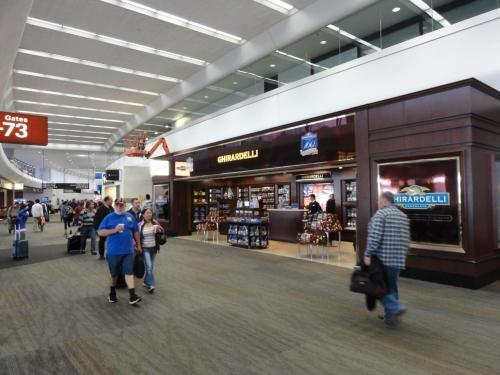 こちらはサンフランシスコ空港の国内線ターミナルのショップです。<br />予想外にこじんまりしていました。