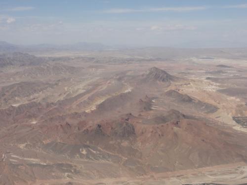 砂漠の中の街って感じです。