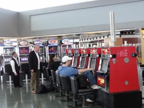 何故か空港内にスロットマシーンが、しかも飾りではありません。<br />さすがカジノの街です。