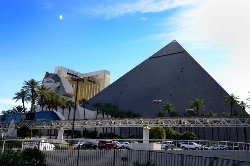 思ったよりピラミッドが小さかった。<br />と言うより、周りのホテルが大きすぎるのかも…
