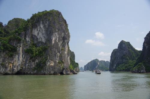 ツアーへ出発。<br />船でベトナム料理のコース料理を食べてから、船のデッキへ上がります。<br />飲み物は別料金。コーラ3ドルは高かった。<br /><br />デッキに上がると、石灰質の崖の奇岩が広がってきました。
