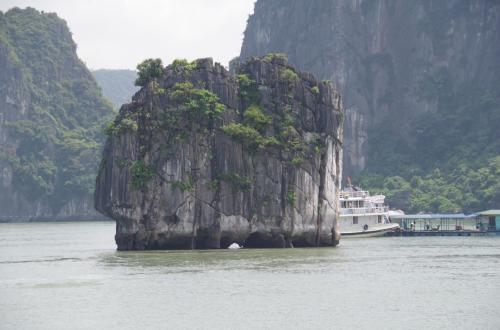 最初の見所、香炉岩という岩です。<br /><br />香炉岩は、ベトナムの通貨ドンにも登場する有名な岩だそうです。<br />大きい島の下に覆われるようにある小さい岩なので、見逃さないよう。